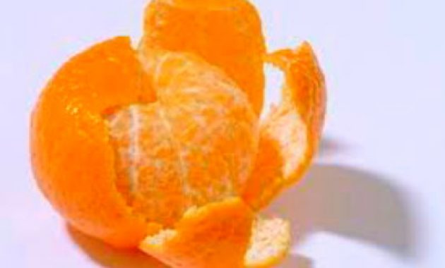 Mengupas jeruk
